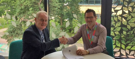 photo of Glen Illing of Roslin Technologies shaking hands with John Mackenzie, CEO of Roslin Innovation Centre